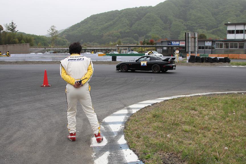 クリッピング付近では田中選手と青木選手がライン取りとブレーキングをチェックする