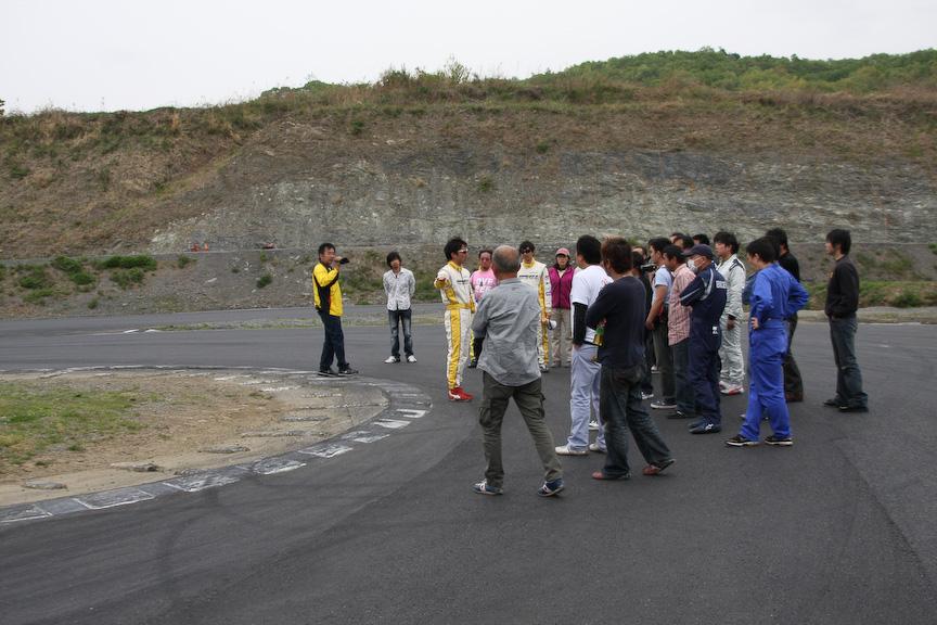 昼食後には講師陣とともにコース上に出て、攻め方のポイントを教わることができた。実際にコースを歩くことで危険なポイントや舗装を間近に確認でき、実にためになる