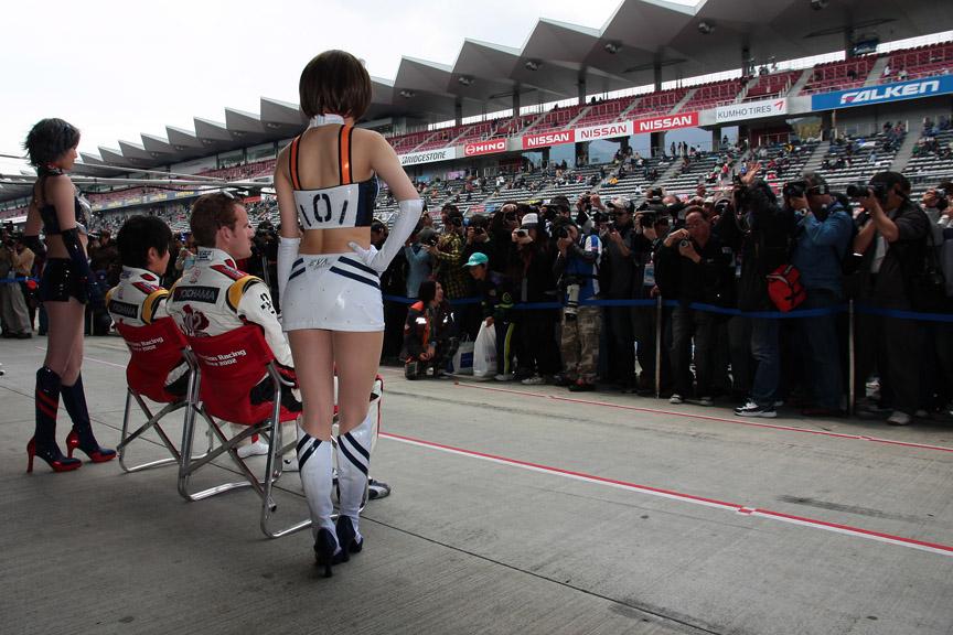 土曜のピットウォークから多くのファンがエヴァンゲリオンレーシングのピットに集まった