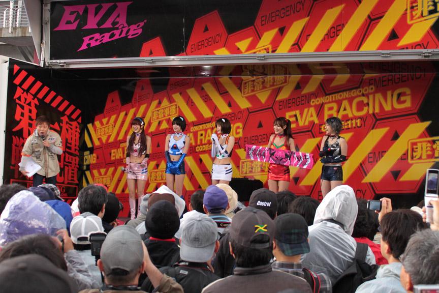 グランドスタンド裏のステージに登場したレースクイーン。多くのファンが詰めかけた