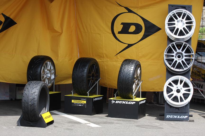 ダンロップのスポーツラインのタイヤとホイールも展示されていた