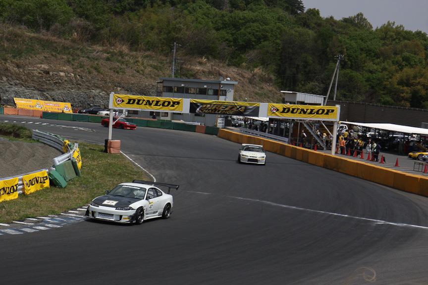 最終コーナーなら続くメインストレートはコースでもっともスピードが出る個所。トップスピードを高めるには、最終コーナーのラインを大きく変えるのが有効なようだ