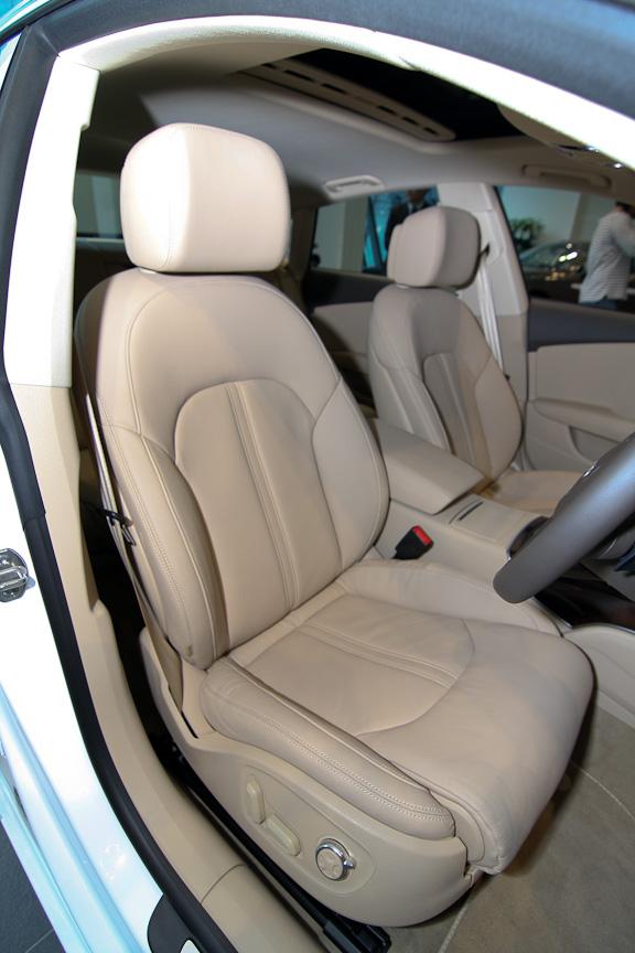 ミラノ本革仕立てのコンフォートシートは18ウェイ調整機能付き(フロント)