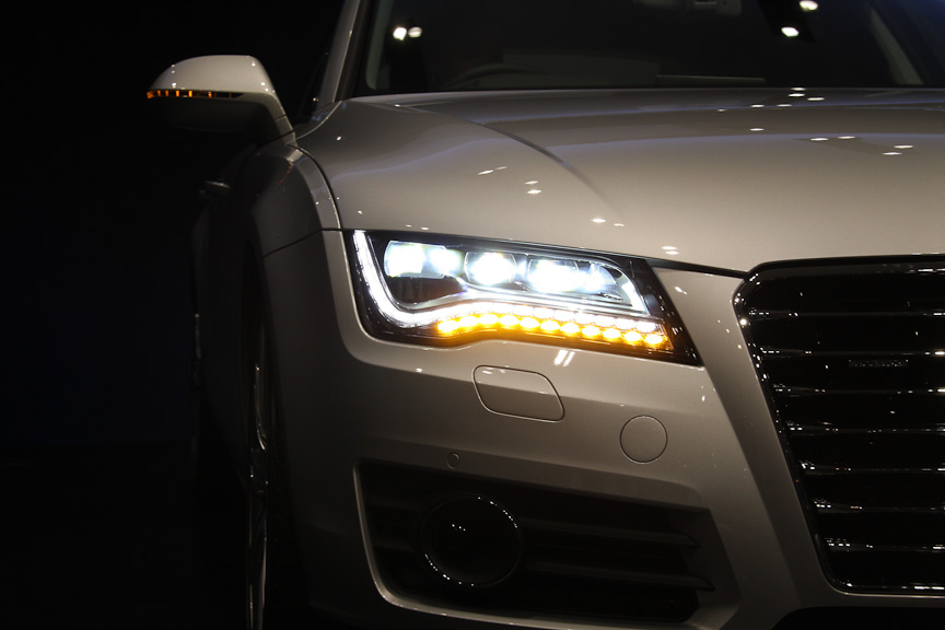 LEDヘッドライトは、ポジショニングランプに18個、ウインカーに11個のLEDモジュールが使われる