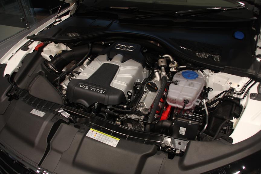 V型6気筒DOHC 3リッター スーパーチャージャーは最高出力220kW(300PS)/5250-6500rpm、最大トルク440Nm(44.0kgm)/2900-4500rpmを発生