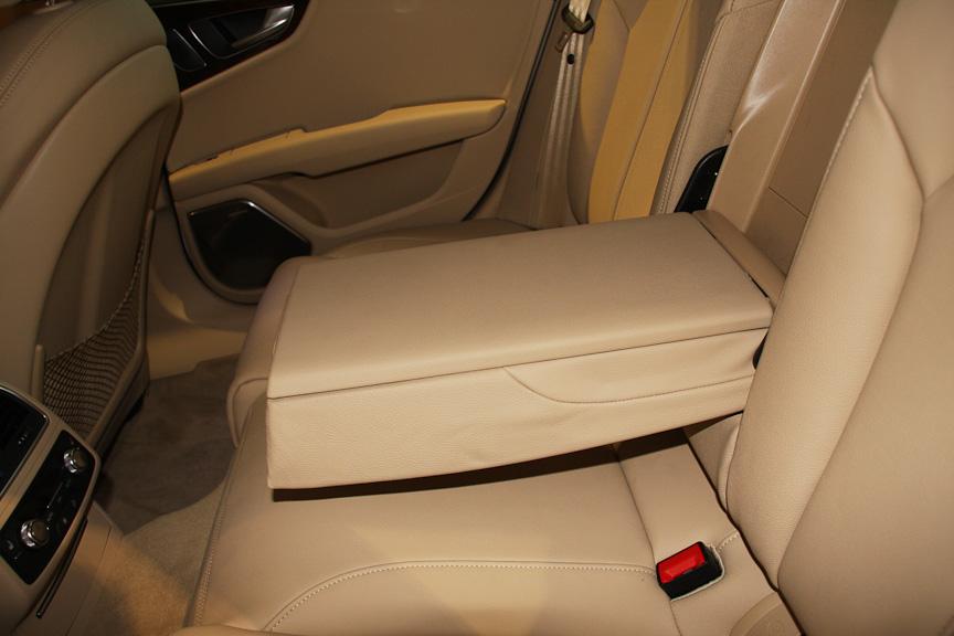 後席用のアームレストには2つのカップホルダーと収納機能を用意