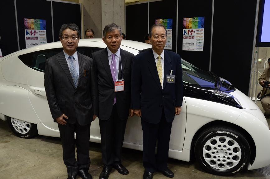 左からシムドライブの藤原洋取締役、清水浩社長、福武總一郎会長