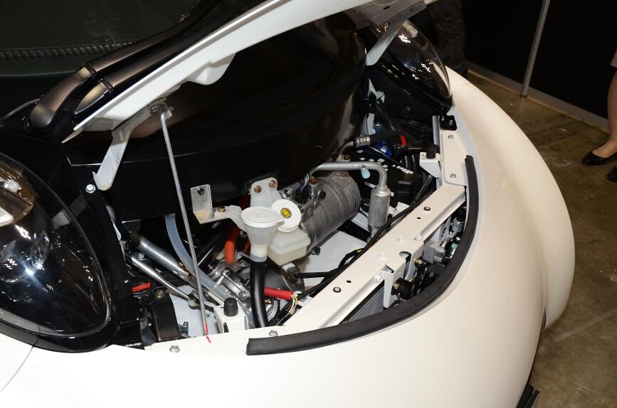 インホイールモーターなので、小さいボンネット内はエアコン、ブレーキ、パワステポンプ、電気の冷却系などがあるのみ