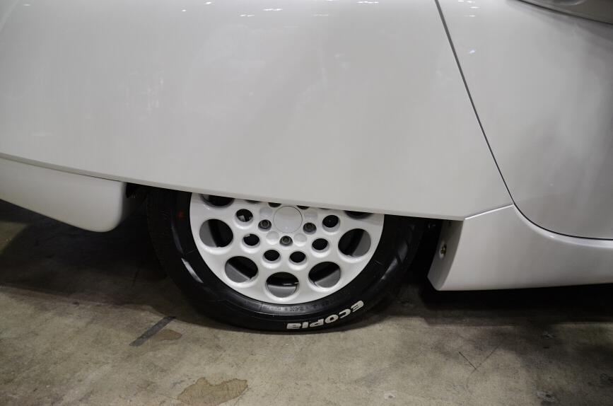 リアタイヤは空気抵抗軽減のためにリアスパッツに隠されている