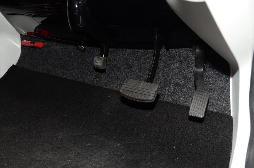 ペダル類はアクセルとブレーキ、そしてパーキングブレーキ