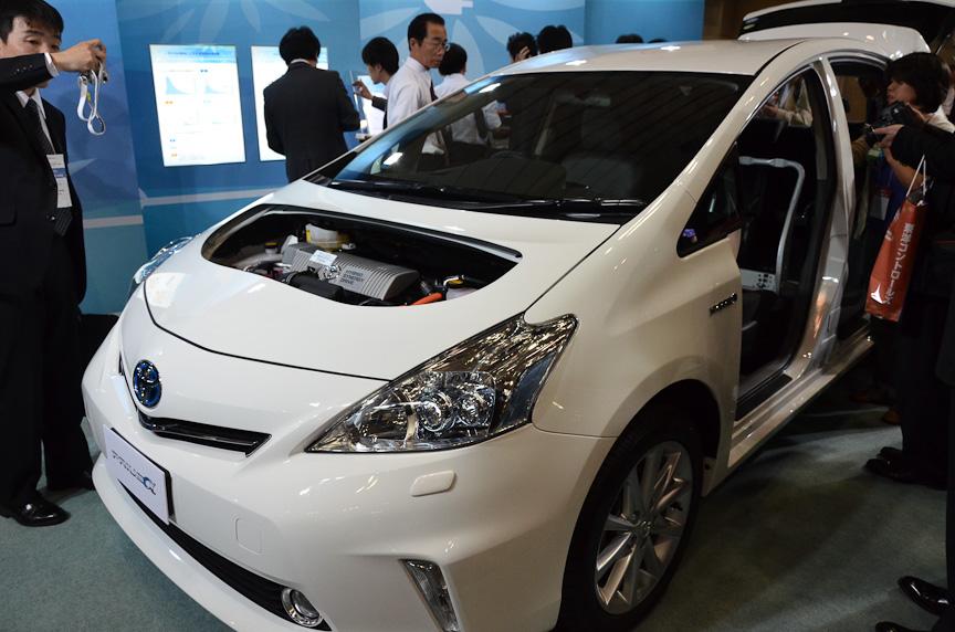 トヨタ自動車は「プリウスα」のカットモデルとエンジン、バッテリーを展示した。リチウムイオンバッテリーがセンタートンネルに搭載されているのが分かる
