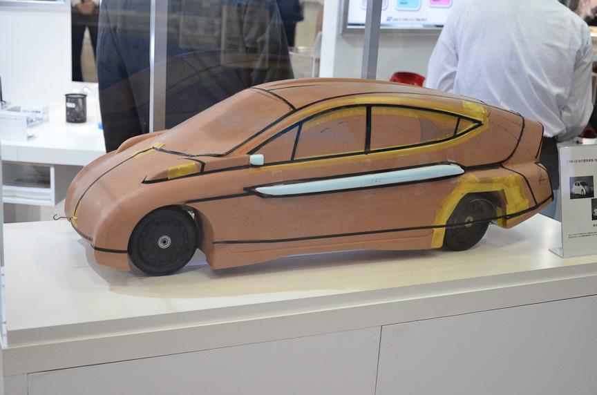 日本パーカライジングが出展したのはEV「SIM-LEI」のクレイモデル。絞りこまれたリアがよく分かる