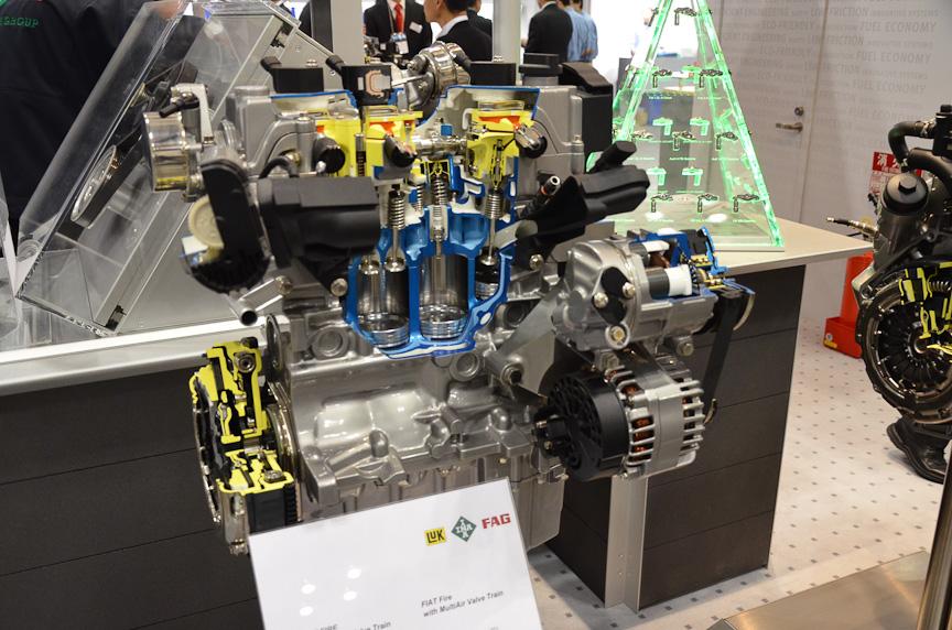 シュフラーが展示したフィアットのマルチエアエンジン。吸気バルブがカムではなく油圧アクチュエータで駆動され、バルブタイミングやリフト量を自在に変えられる