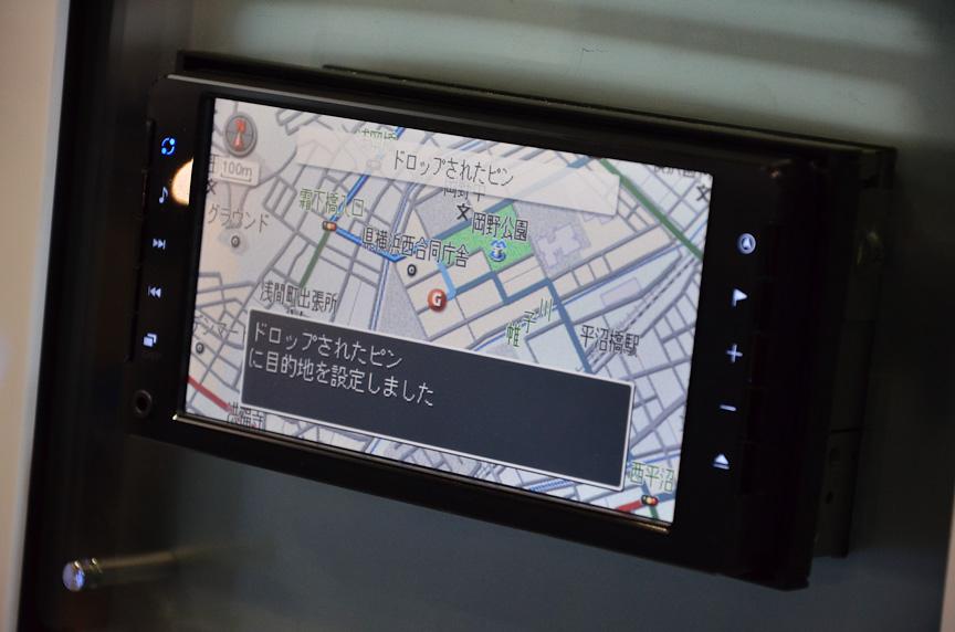 デンソーのiPhoneアプリ「NaviCon」は、iPhoneでカーナビの地図を動かしたり、iPhoneで検索した目的地をカーナビに転送したりできる。ただしカーナビ側で対応する必要がある