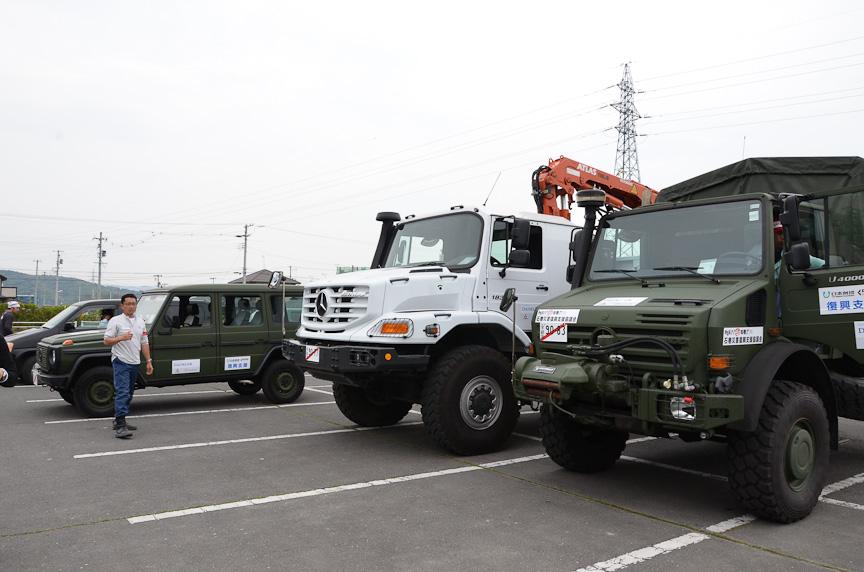 協議会の拠点となっている石巻専修大学に揃ったゼトロスとウニモグ。全車、日本でバンパー右端にアンダーミラーが取り付けられた