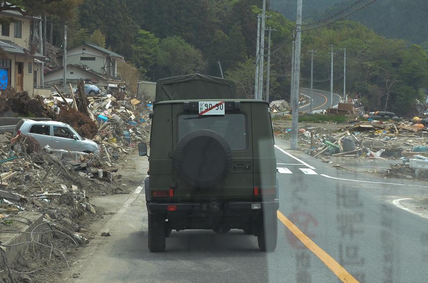 目的地へ向かう道の両側には、津波で被害を受けた光景が広がる。道路がなくなっていたり、陥没していたりする個所やうねりも多い。走破性が高く馬力もあるゼトロスは、通常の車両が速度を落とさなければならないところでもどんどん進めるため、一般道でも後続車を引き離してしまった