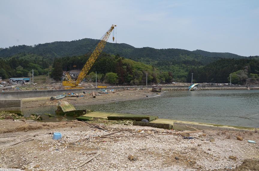 今日の作業場所である小網倉浜。貝類の養殖やあなご漁などで賑わう漁港だったが、津波で壊滅状態になり、自衛隊やNPOによる復興作業が続けられている。鯉のぼりは、小網倉浜の人々を励ますべく協議会が掲げた