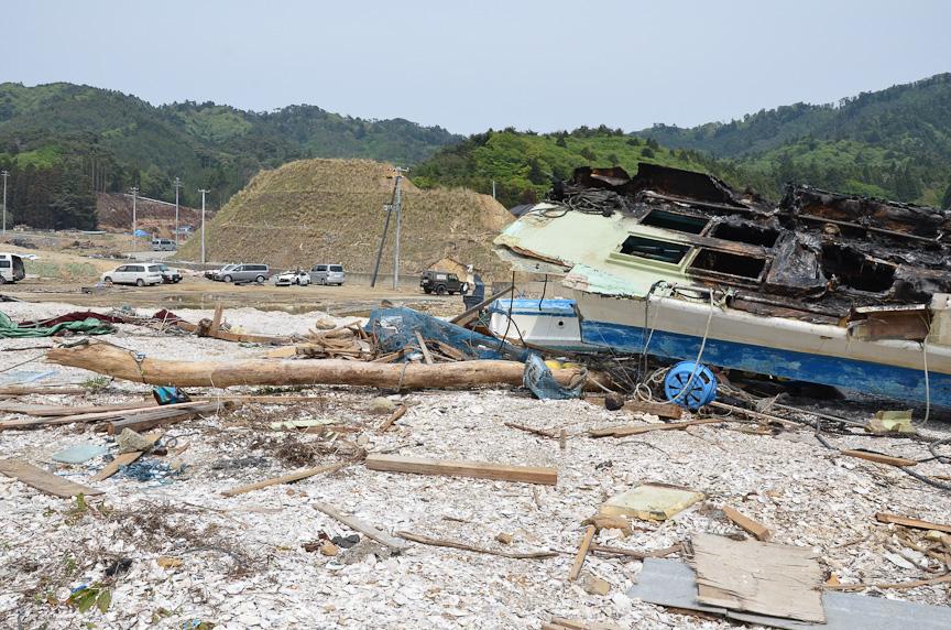 ウニモグは打ち上げられた漁船の下敷きになった流木を、ウインチで引っ張り出した。ウインチはウニモグのエンジンで駆動される