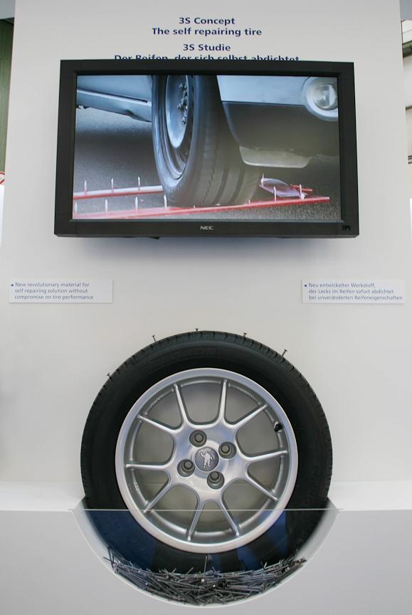 パンクを自己修復するタイヤの展示