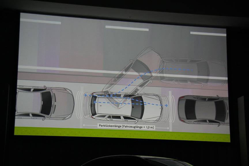 ドライバーに駐車の可否を案内するパークトロニックはメーター中央に配置するマルチファンクションディスプレイにステアリングを回す量や進行方向を示してくれる