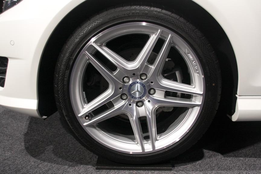 AMGスポーツパッケージ装着車はAMGの18インチアルミホイール(タイヤサイズ:225/40 R18)を装着する