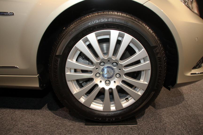 エントリーモデルのC 200 ブルーエフィシェンシーは、アバンギャルドと異なりスリーポインテッドスターがボンネット上に備わる仕様