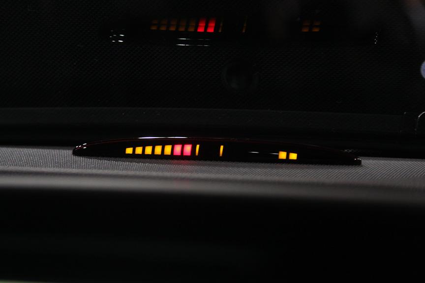 前後バンパー付近の障害物を感知すると、インジケーターやアラーム音で接近を知らせるパークトロニックをCクラス全グレードにパッケージオプションで設定。センサーはフロントバンパーに3つ、リアバンパーに2つ備わる