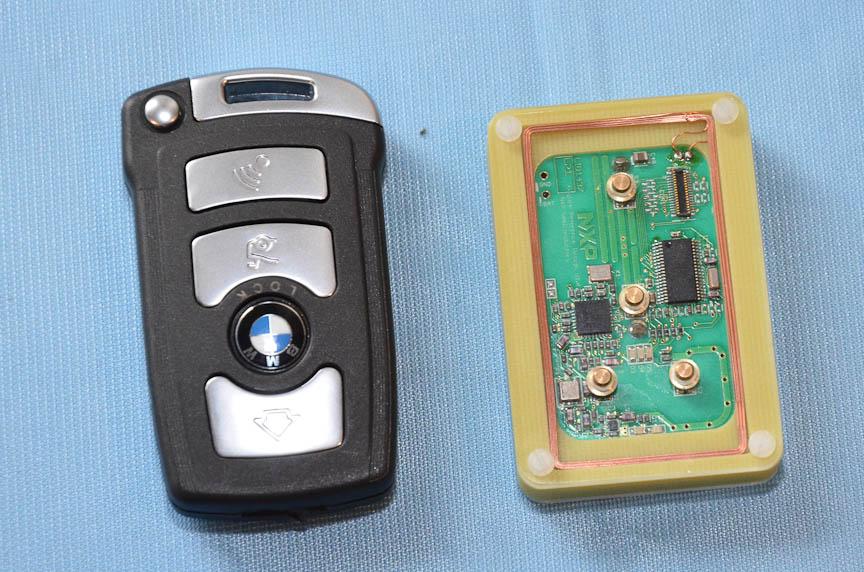 自動車メーカーの鍵をもとにした次世代自動車キーのプロトタイプ。右はその内部
