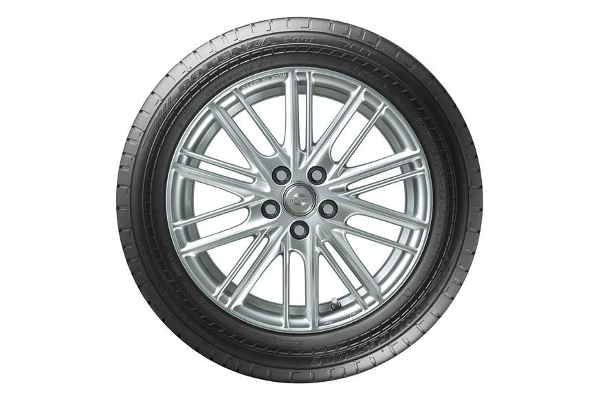 2010年に発売した「POTENZA S001」と同様、高次元のドライ・ウェットパフォーマンスを発揮するとしており、タイヤのIN側にストレート溝を配置し、排水性を確保。一方OUT側には大きなブロックを配置することでブロック剛性を確保し、ドライ性能の向上を追求した