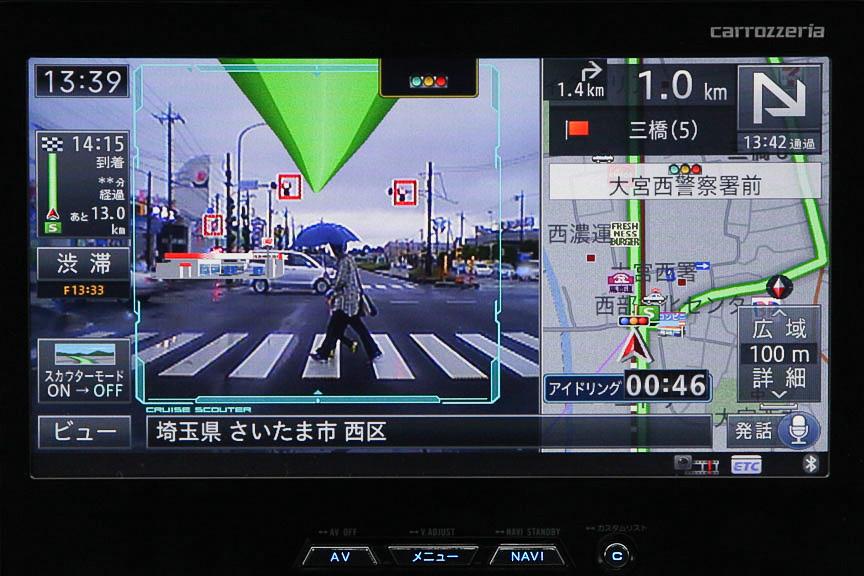交差点停止時の信号認識。赤信号に四角い赤枠が表示されている。画面中央上部には信号アイコンを表示