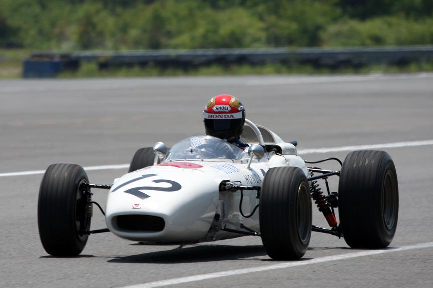 最初にテストが行われたのはRA272。12気筒マシンだけに1500ccとは思えないサウンドを響かせる