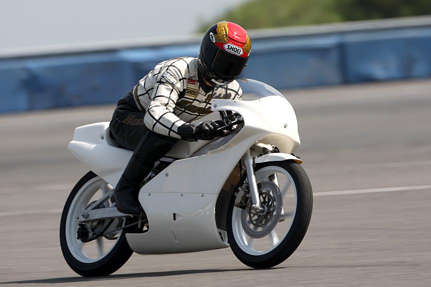 真っ白なボディーがまぶしい1990年型のRS125R。カウル形状などに時代を感じる