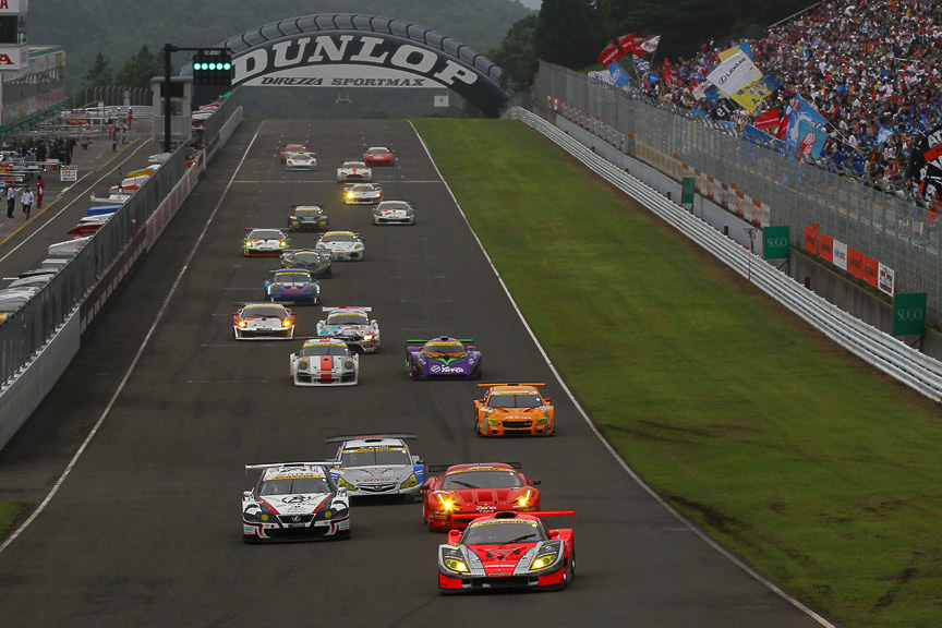 GT300クラスのスタートシーン。14号車が11号車のインに飛び込む(Photo:Burner Images)