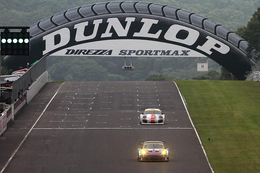 終盤4位争いをする25号車と33号車