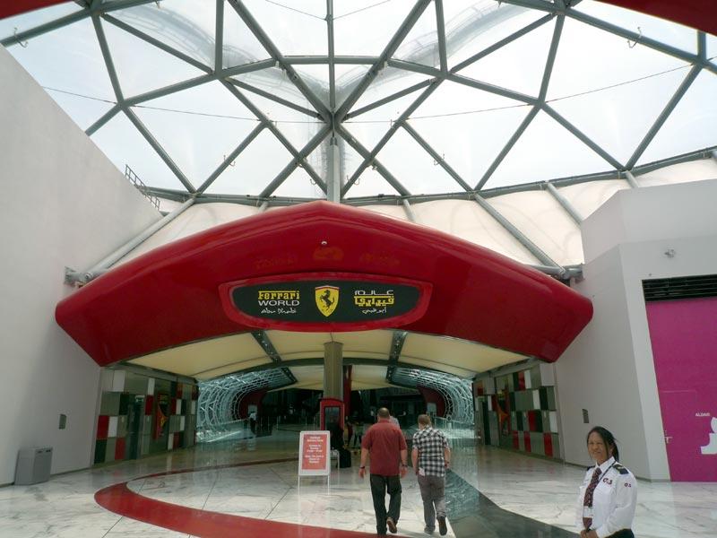 フェラーリ・ワールドの入口。ちなみにスタッフの方はほぼ全員がバイリンガル(英語&アラビア語)で、筆者のひどい英語でも特に問題はなかった。なおチケット売り場はこの脇にある