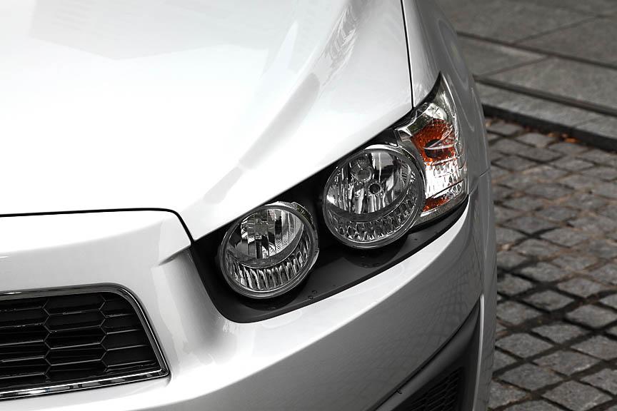 シボレーの「ボウタイ」エンブレムと2分割グリルを挟む眼光鋭い丸目のヘッドライト