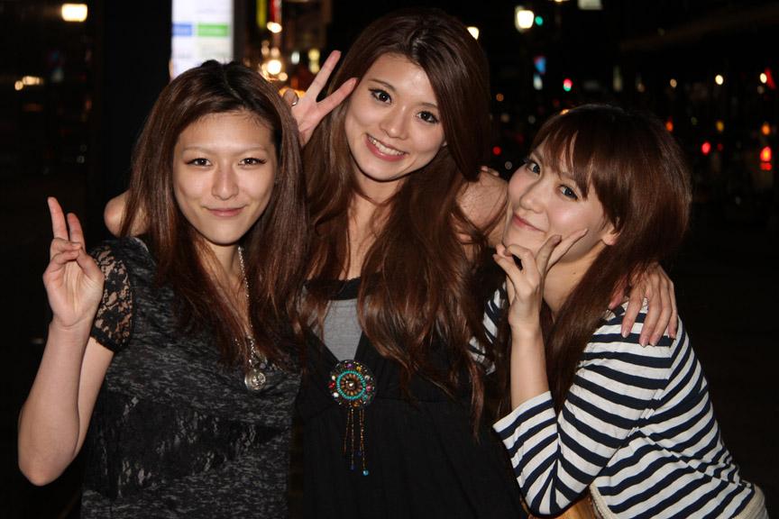 右から千葉悠凪さん、清水恵理さん、采女華さん。オフショット初公開