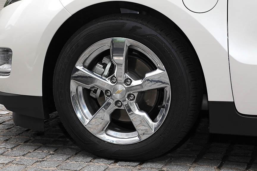 タイヤはグッドイヤー アシュアランス フューエルマックスの215/55 R17。ポリッシュドアルミホイールを装着していた