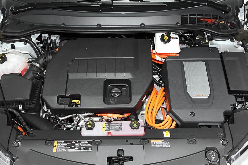 エンジンルーム。中央がガソリンエンジンで進行方向左にモーターなどの制御ユニットがある。大量のオレンジ色の高電圧ケーブルが見える