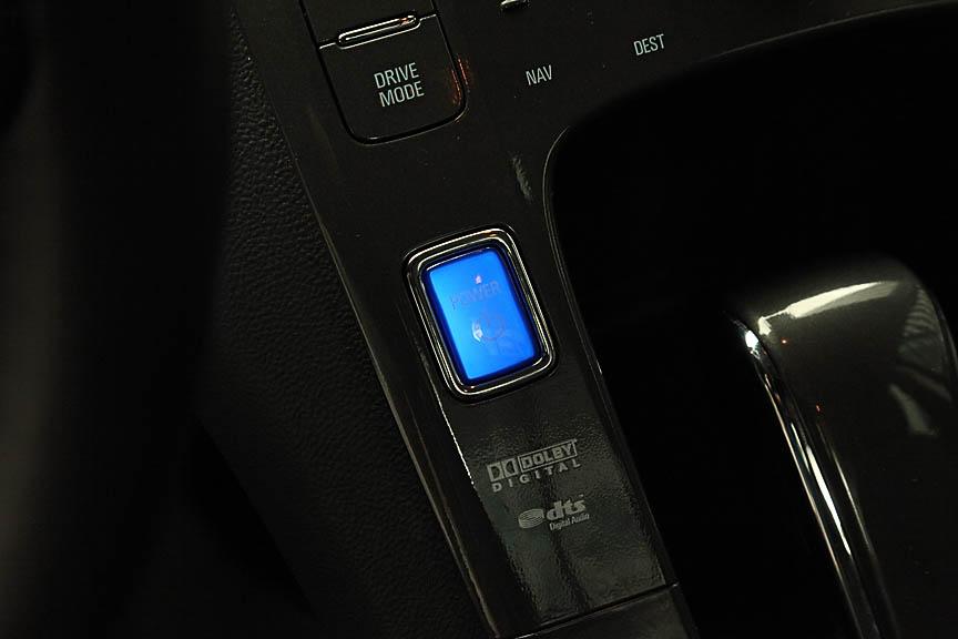 センターコンソールの「電源」スイッチ。ドアを開けると青くゆっくりと点滅してその存在をアピールする
