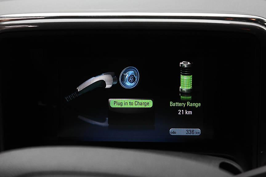 ドライバー正面のメーターパネルは液晶ディスプレイになっている