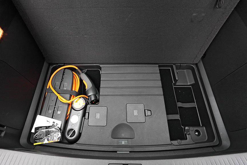 ラゲッジスペース下には12Vの補機類用バッテリーと、駆動用バッテリーの充電ケーブルがある