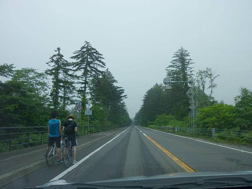 北海道の旅はクルマのみならずバイクや自転車でツーリングを楽しむ人も多い。サイクリング路が設置されている道路もあったが、そうでない場合は自転車にも気を付けなくちゃいけないな、と思った