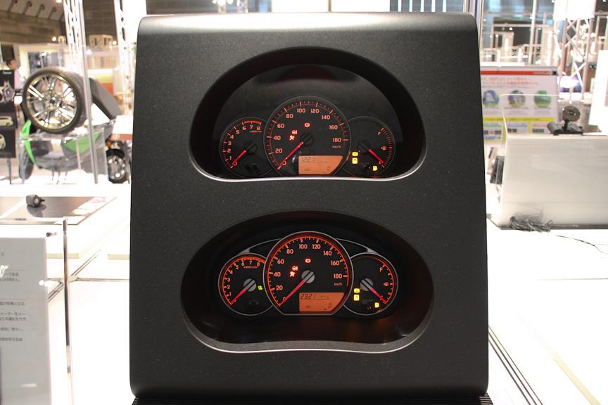 トヨタのヴィッツ/ラクティスで採用される「自動車用メーター」。街中走行時の指針位置を水平基調とし、瞬時の確認が容易になるようデザインしたと言う