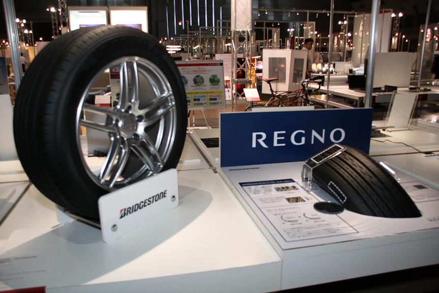 ブリヂストンは静粛性や乗り心地、ハンドリング性能を高次元で追求したフラッグシップタイヤ「REGNO(レグノ)」を出展
