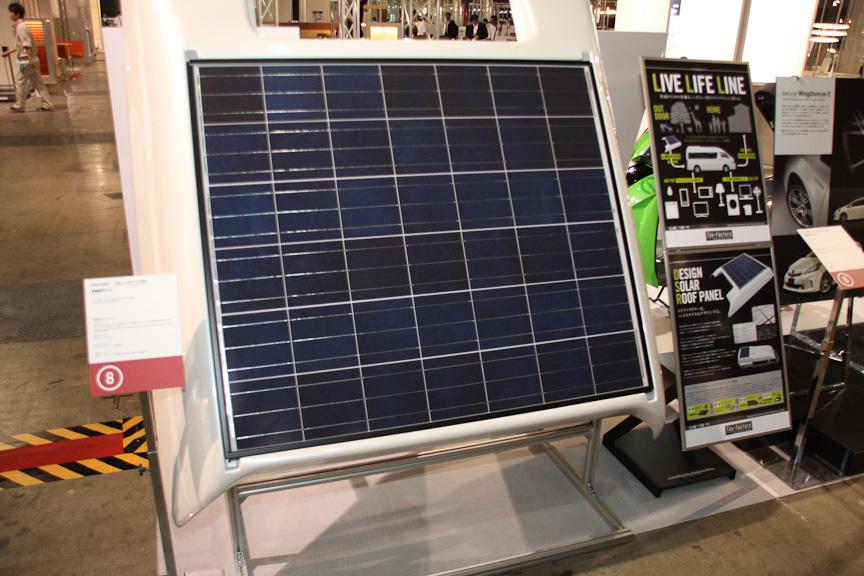 トイファクトリーの「ハイエース用ソーラーパネルアタッチメント&システム」。車両設備に使用する電力をバッテリーに充電するためのソーラー発電システムで、パネルを天井に張り付けるためのアタッチメントも付属する