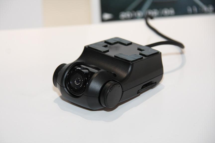 富士通テンとトヨタが共同開発した純正ナビのオプション「カメラ一体型ドライブレコーダー」。コンパクトな外観を特徴とし、インテリアになじむ設置を実現した