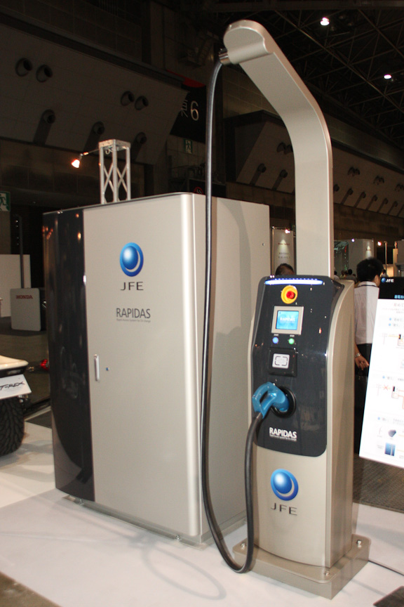 JFE エンジニアリングの蓄電池内蔵型EV急速充電器「ラピダス」。内蔵した蓄電池にあらかじめ蓄電しておき、貯めた電力で電気自動車(EV)に充電することで、接続する店舗などのピーク電力削減に一役買う