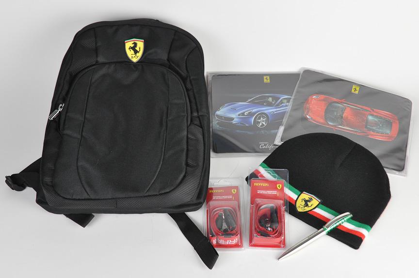 フェラーリのロゴ入りバックパック、マウスパッド、帽子などを1名様にプレゼント