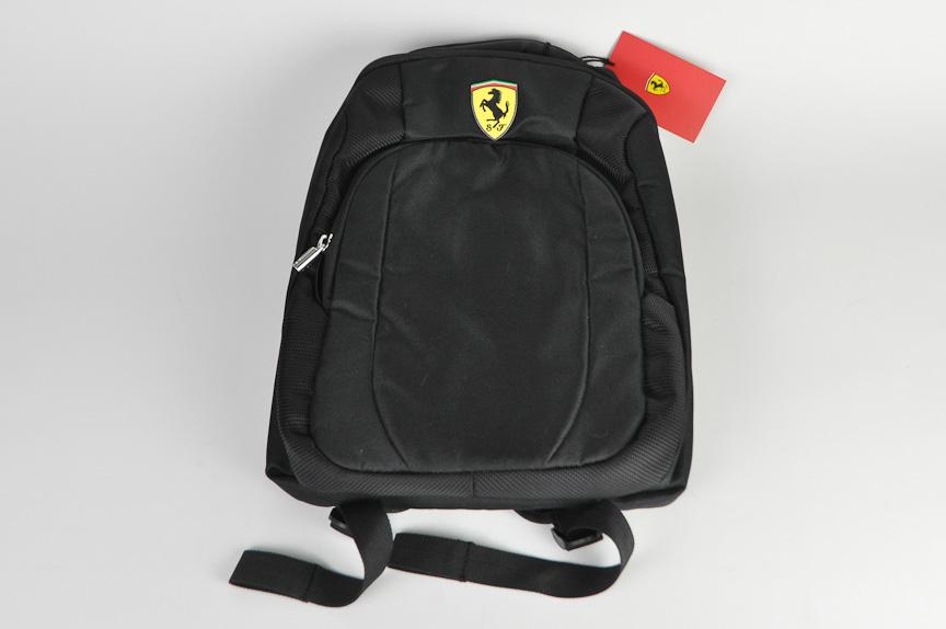 フェラーリのロゴ入りバックパック